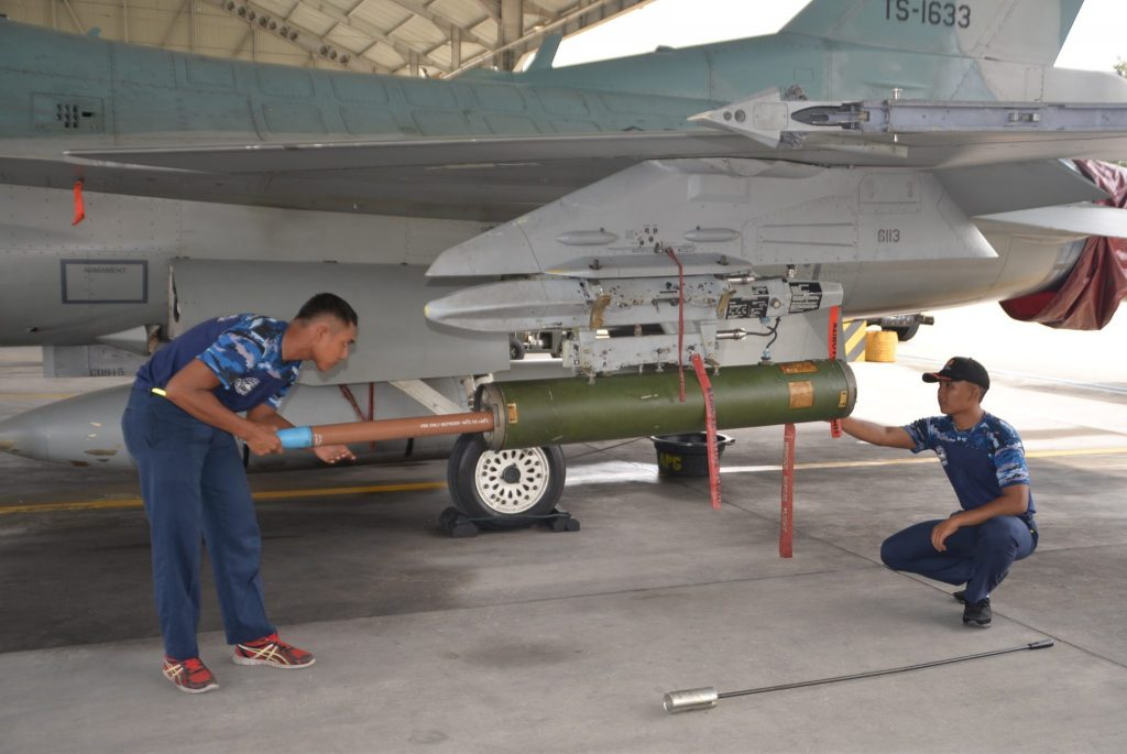 "Dua Skadron Udara Lanud Roesmin Nurjadin Laksanakan Latihan ""Weapon Delivery"""