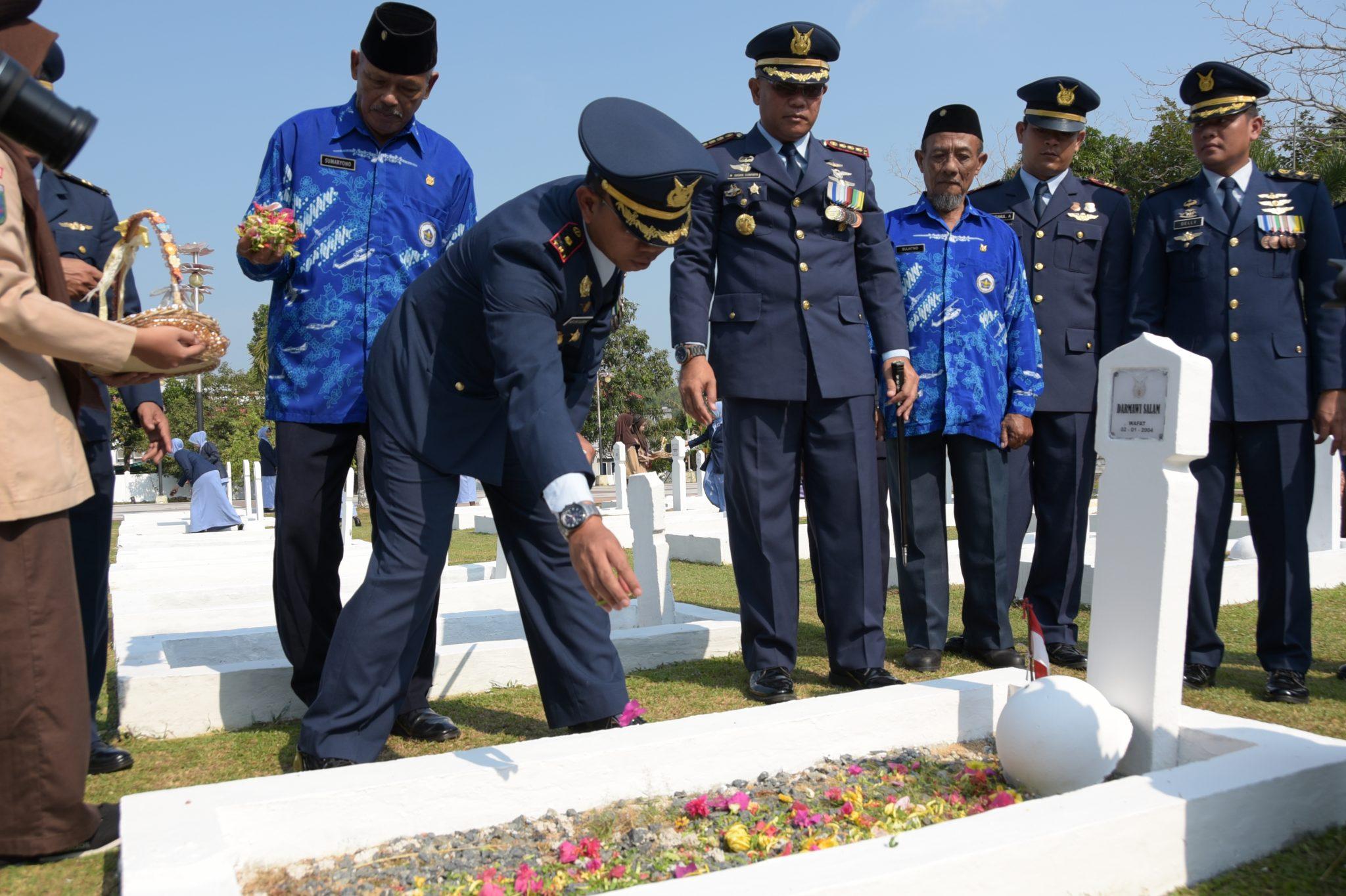 Kenang Jasa Pahlawan, Keluarga Besar Lanud RHF Ziarah ke Makam Pahlawan