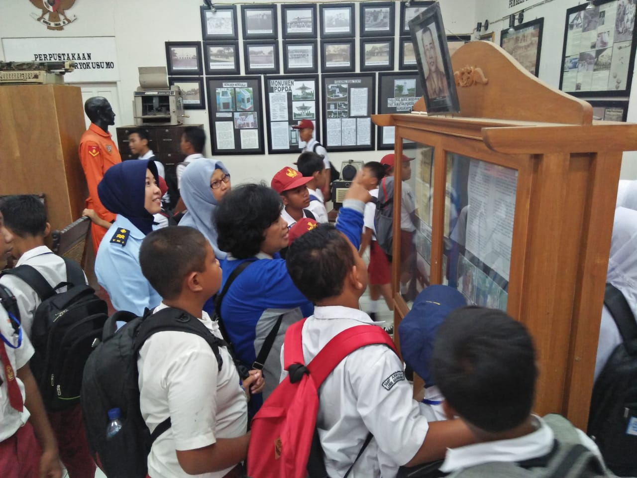 Siswa Baru SMP Angkasa Kunjungi Museum Adi Soemarmo