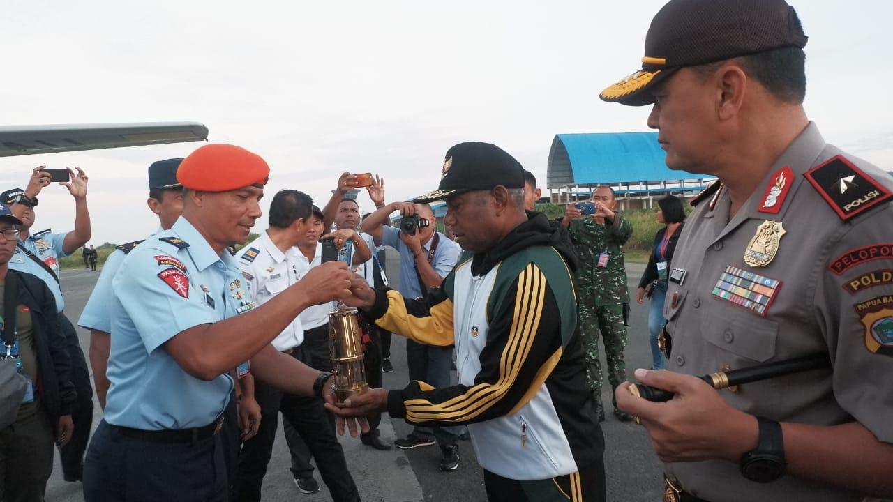 Hercules TNI AU Daratkan Api Asian Games di Sorong