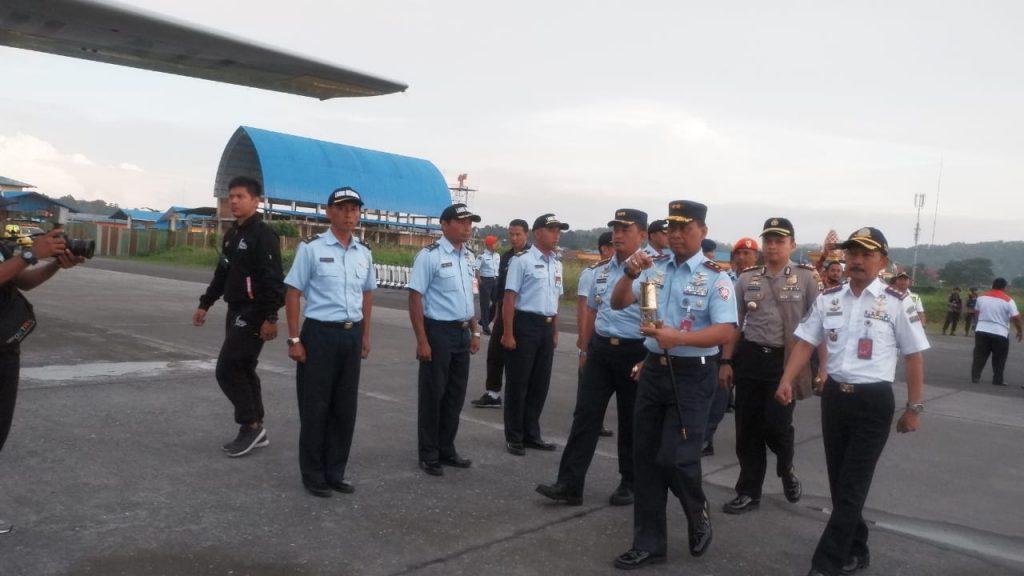 Hercules TNI AU Terbangkan Api Asian Games ke Makassar