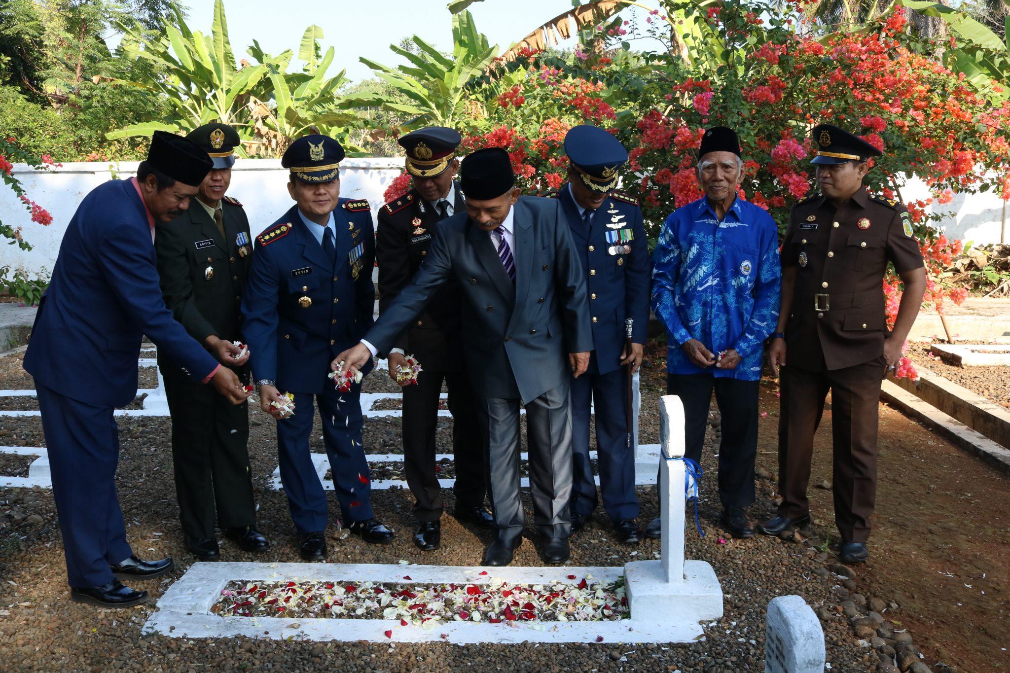 Memperingati Hari Bakti Ke-71 TNI AU, Personel Wingdiktekkal Ziarah Dan Tabur Bunga Di TMP Cidongkol Subang