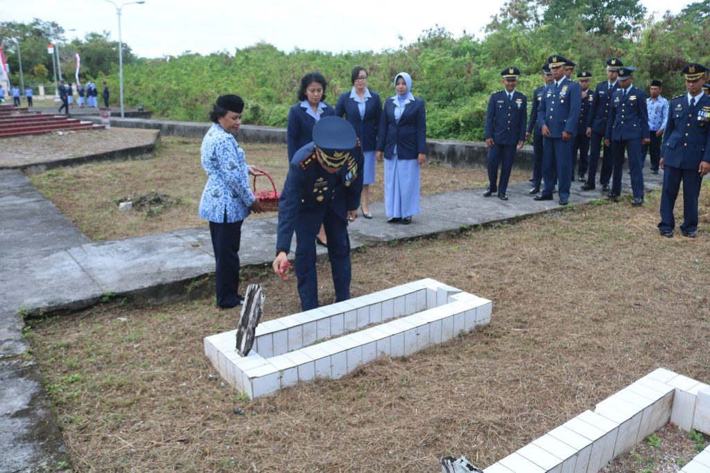 Lanud Dominicus Dumatubun Ziarah Di TMP Rudira Jaya Dalam Rangka Memperingati Hari Bakti TNI AU Ke 71 Tahun 2018
