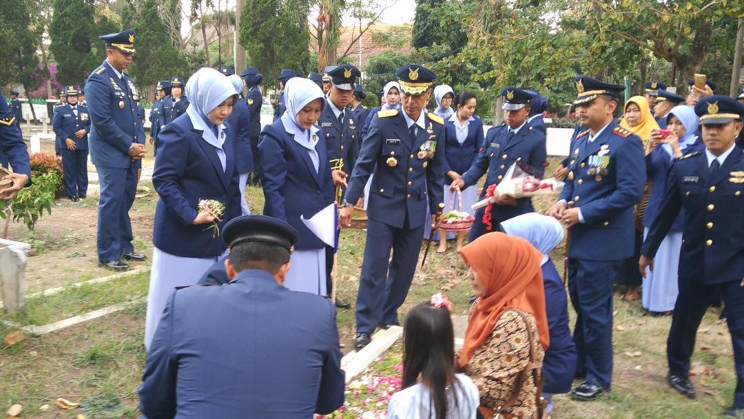 Sehari Menjelang Hari Bakti TNI AU, Lanud Abd Saleh Berziarah di TMP Malang