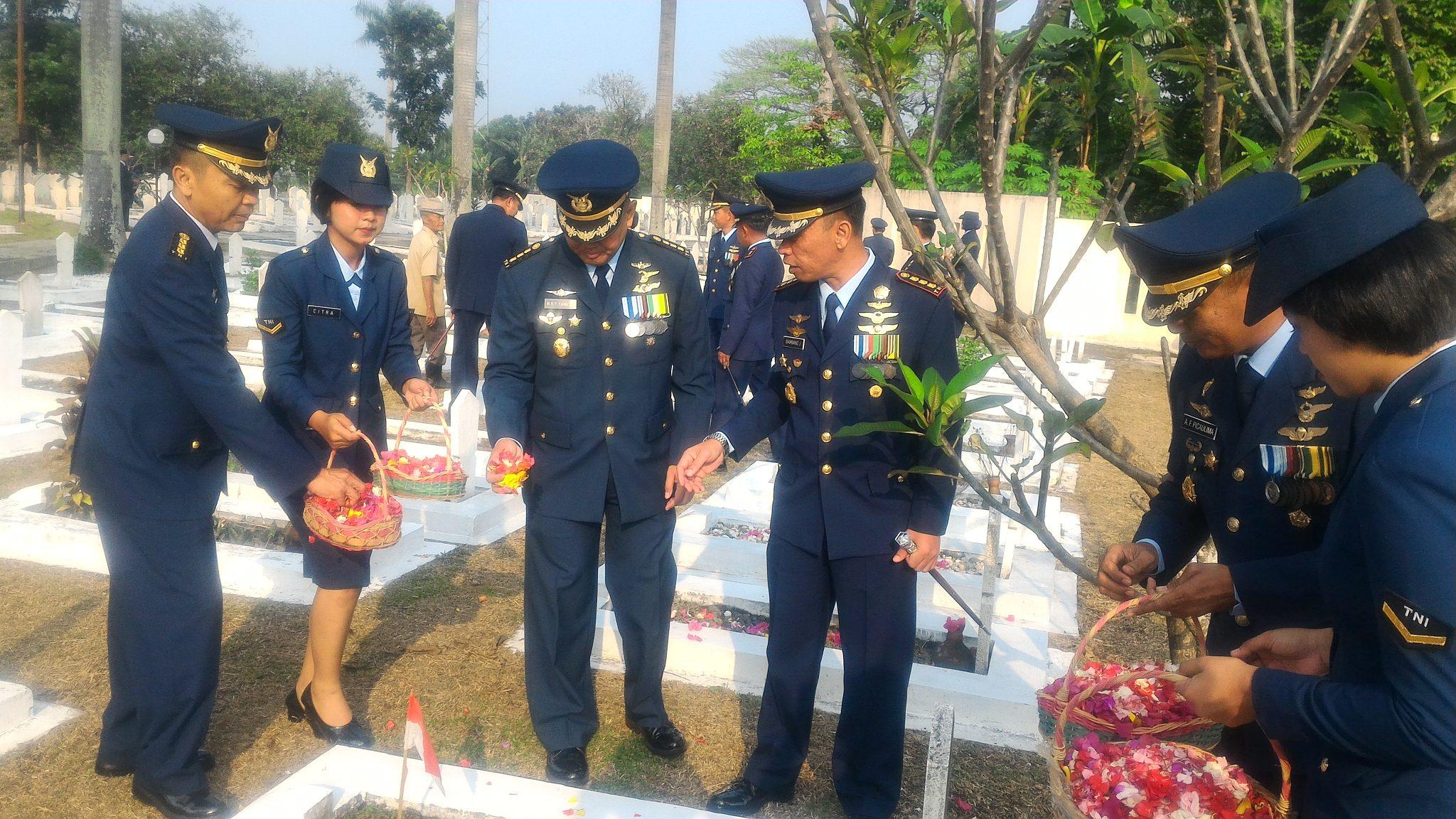 Hormati Jasa Pahlawan, Personel Lanud Ats Ziarah Ke TMP
