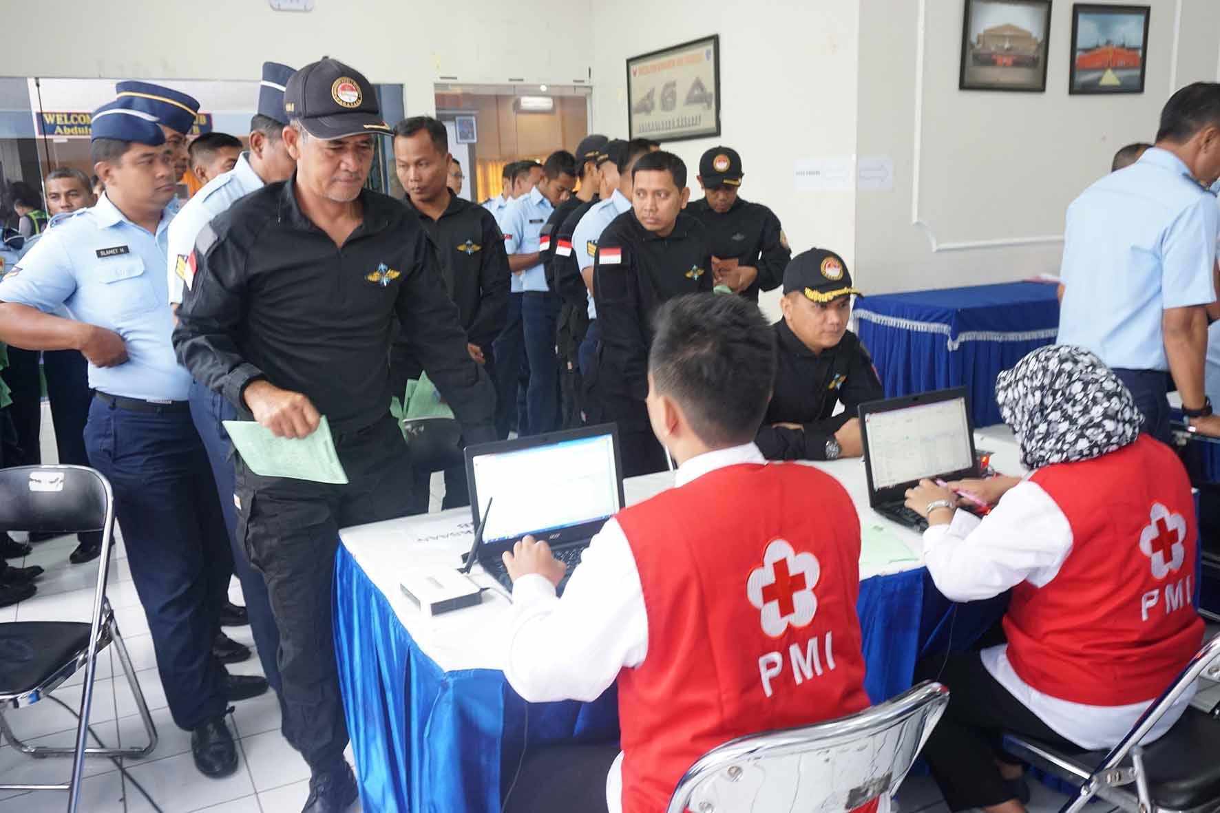 Prajurit Denmatra 2 Paskhas Sumbangkan Darah Dalam Rangka Hari Bhakti TNI AU ke-71