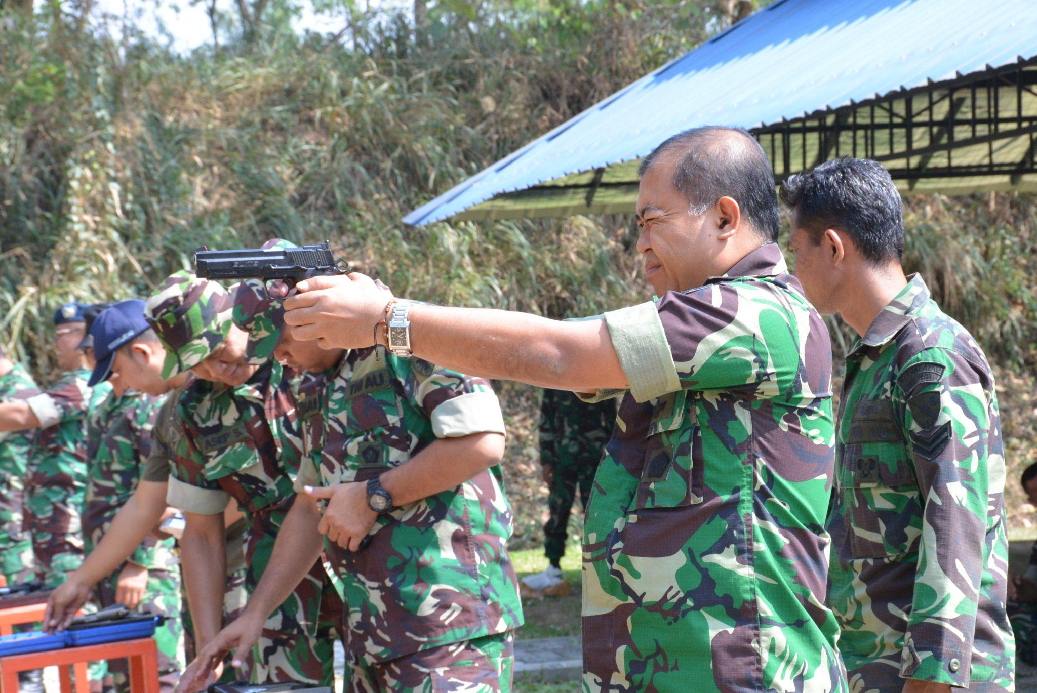 Perwira Lanud Sulaiman Latihan Menembak