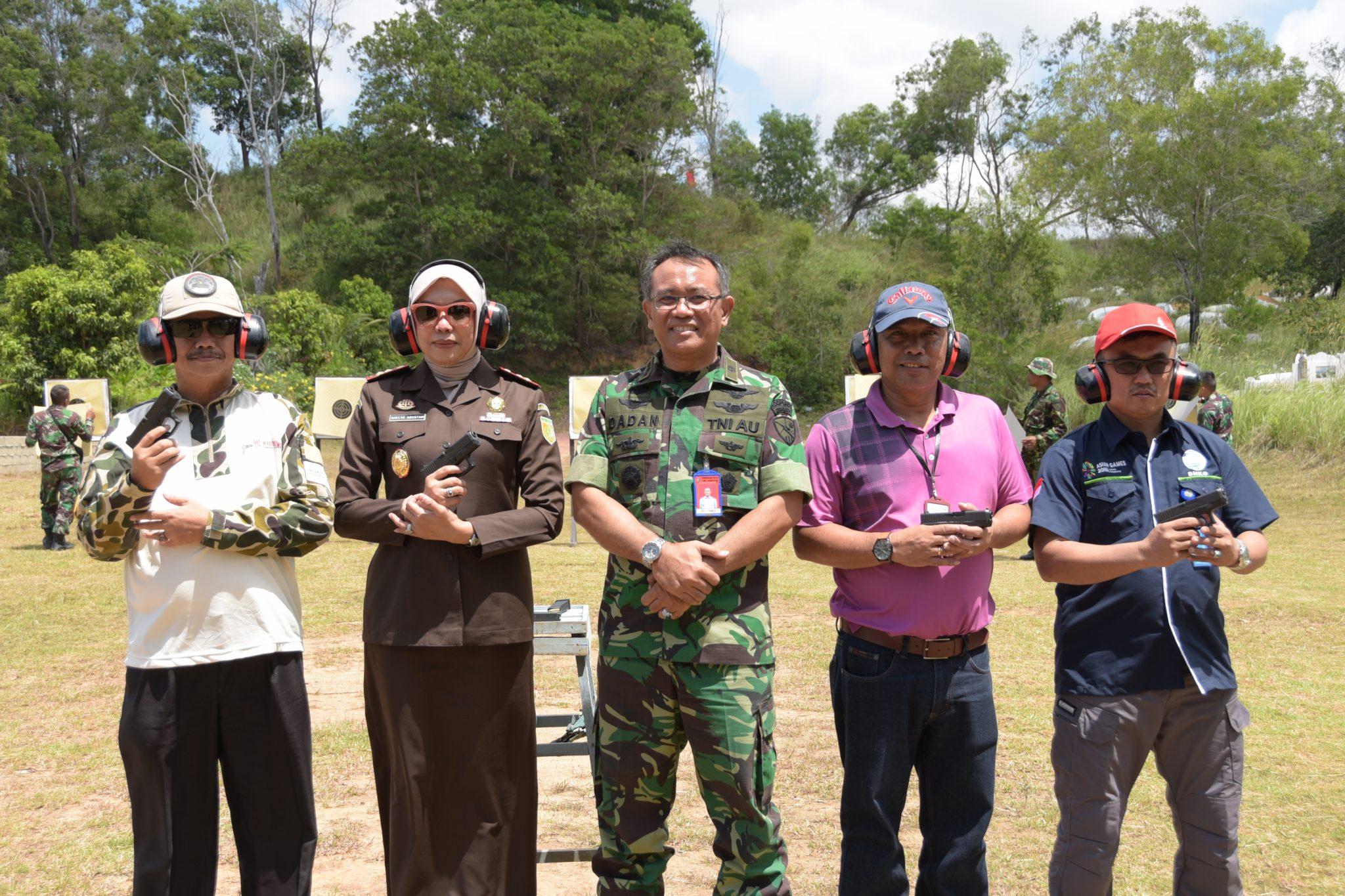Danlanud RHF Ajak FKPD, GM Bandara RHF dan Kepala BMKG Latihan Menembak