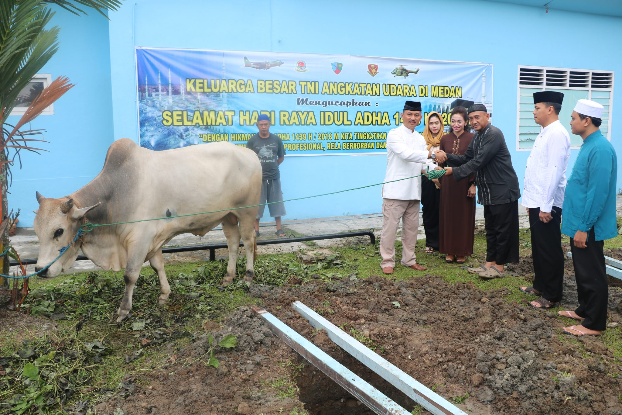Danlanud Soewondo Menyerahkan Hewan Qurban Kepada Panitia