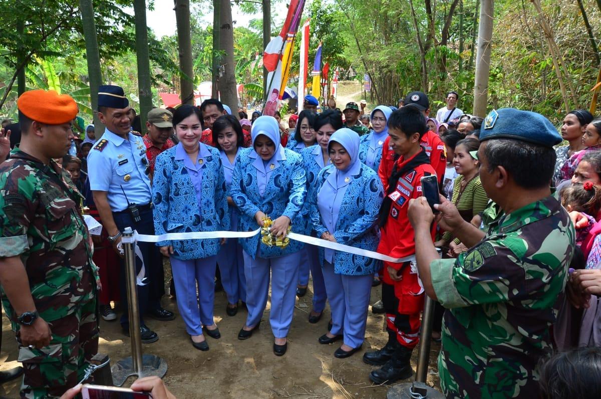Permudah Akses ke Sekolah, PIA Ardhya Garini Bangun Jembatan Gantung