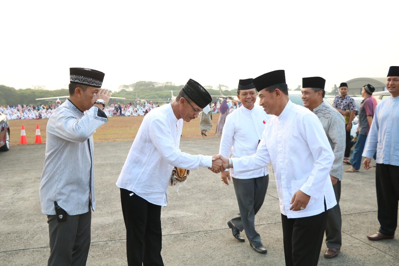 Warga TNI AU Padati Halaman Skadron Udara 45 untuk Salat Idul Adha