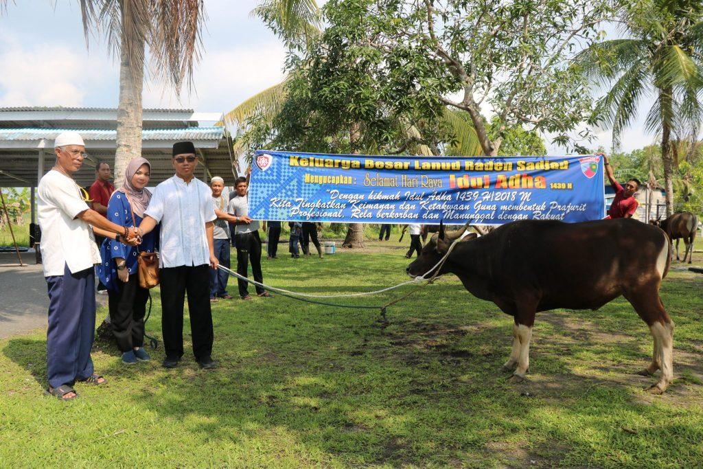 Danlanud Raden Sadjad menyerahkan secara simbolis hewan