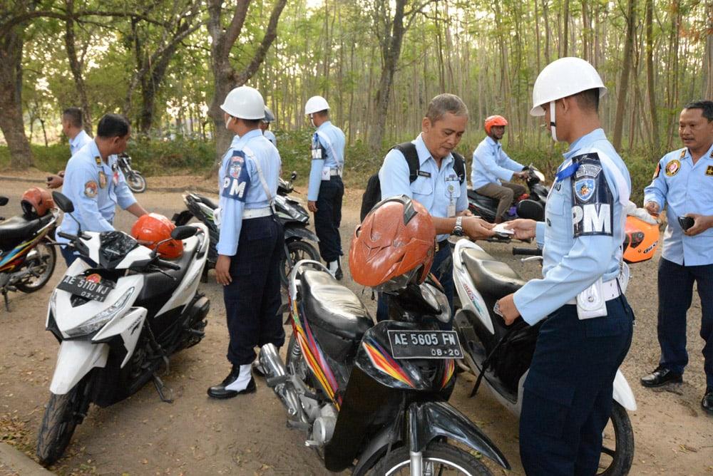 Siswa Kejuruan POMAU Praktek Sweeping di Lanud Iswahjudi