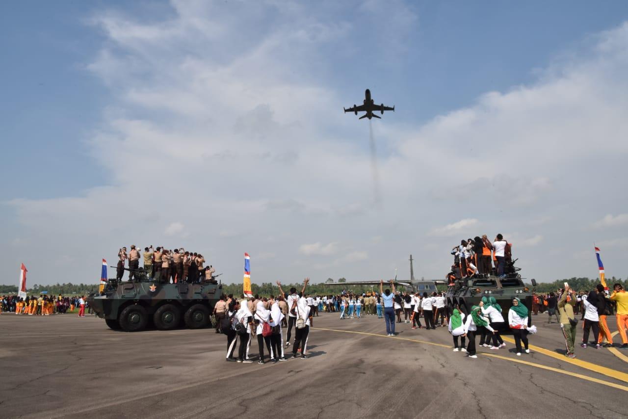 Flypass Pesawat Hawk 100/200 Meriahkan Pemecahan Rekor Muri Tari Gemu Fa Mi Re di Lanud Supadio