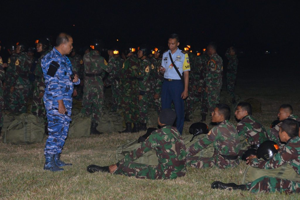 Praktek Terjun Malam Siswa Susparadas A-184 di Lanud Sulaiman