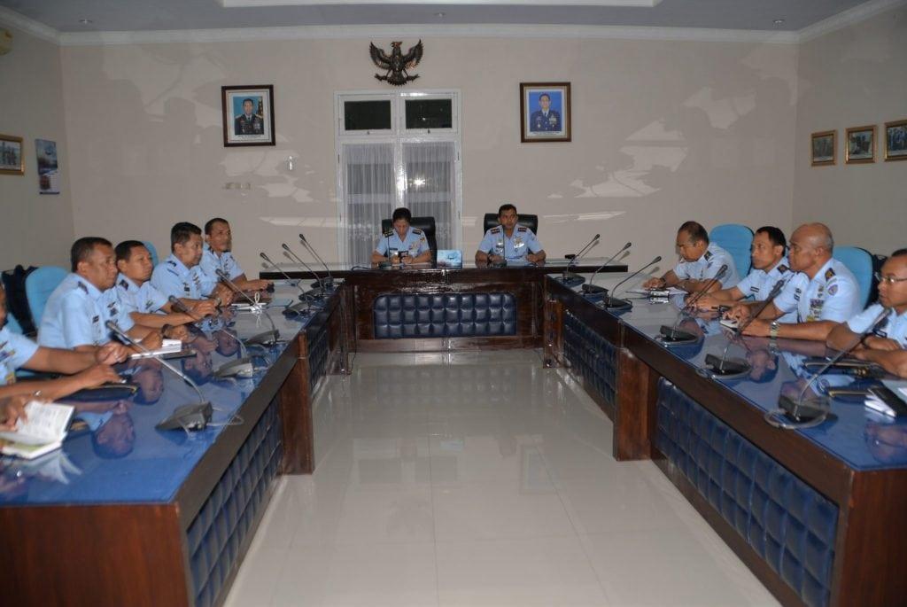 Paban III/Jianlat Ditjian Kodiklatau Pimpin Rapat Kajian Latihan Semata PK TNI AU Skadik 404 di Lanud Adi Soemarmo