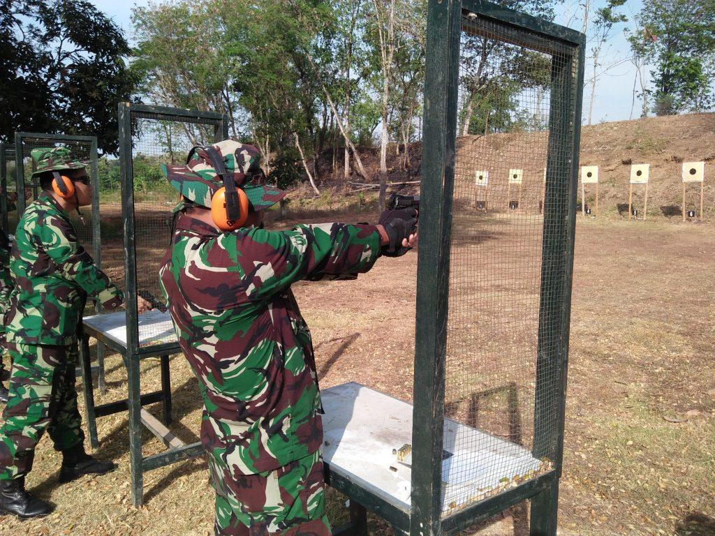 Perwira Lanud Adi Soemarmo Latihan Menembak
