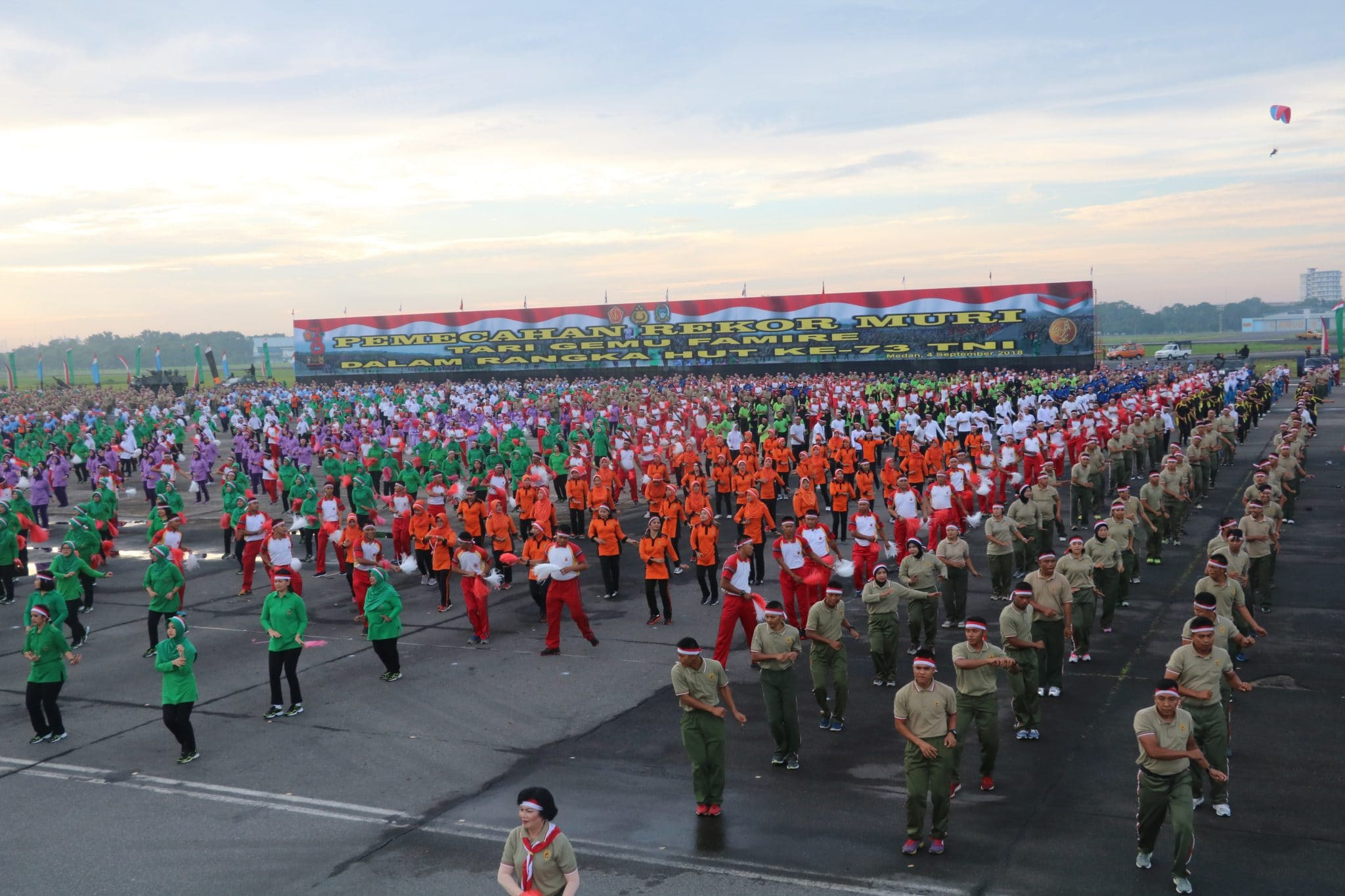 8.000 Lebih Prajurit TNI-Polri Mengikuti Tari Gemu Fa Mi Re di Lanud Soewondo
