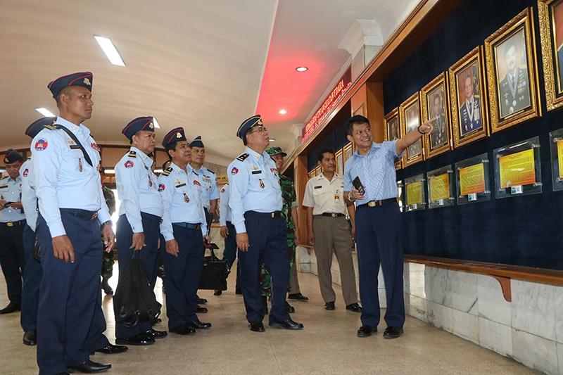 Kadispenau Sambut Kunjungan Delegasi Royal Cambodian Air Force ke Museum Dirgantara Mandala