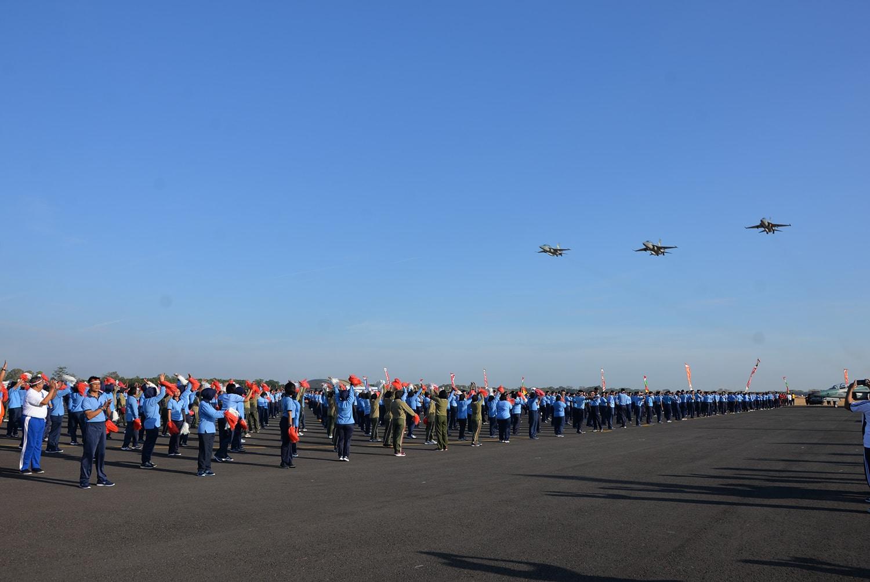 Fly pass T-50i Golden Eagle turut meriahkan pemecahan rekor tarian Gemu Famire di Lanud Iwj