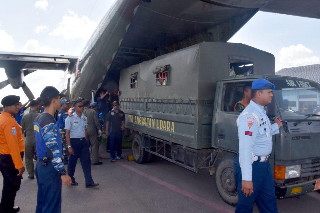 Lanud Haluoleo Terbangkan Bantuan Menggunakan Pesawat Hercules