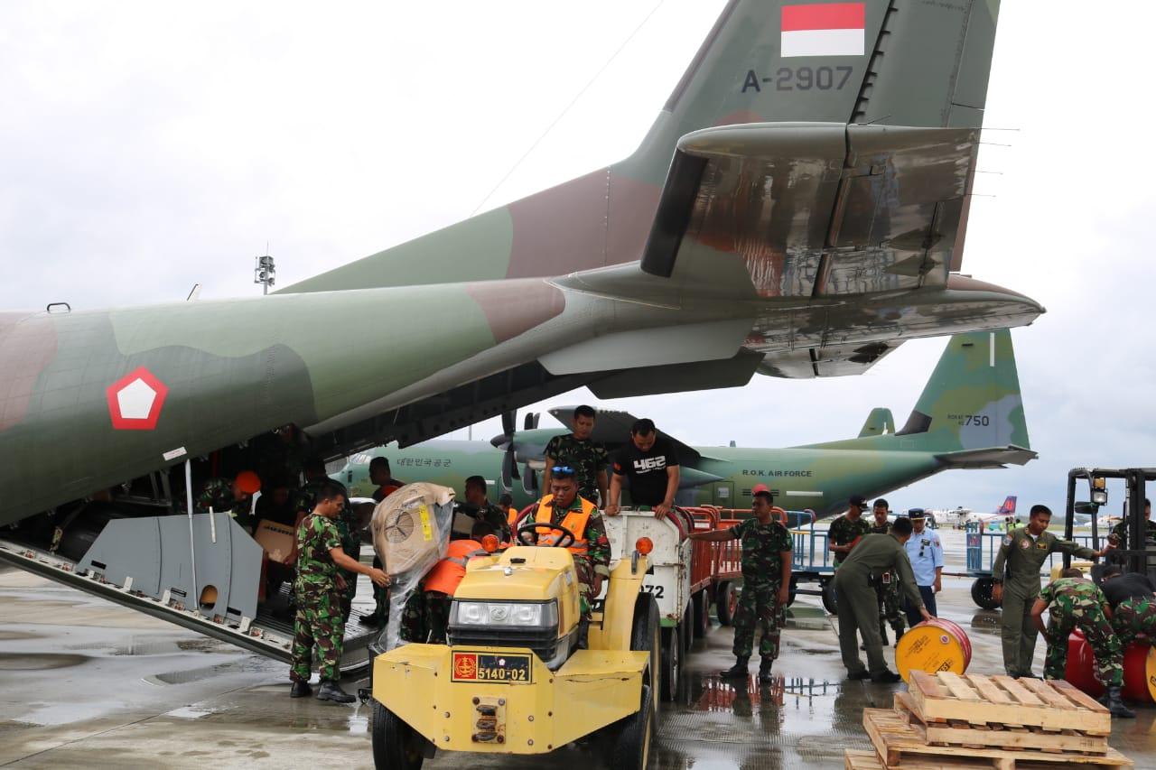CN-295 TNI AU Terus Distribusikan Logistik ke Palu