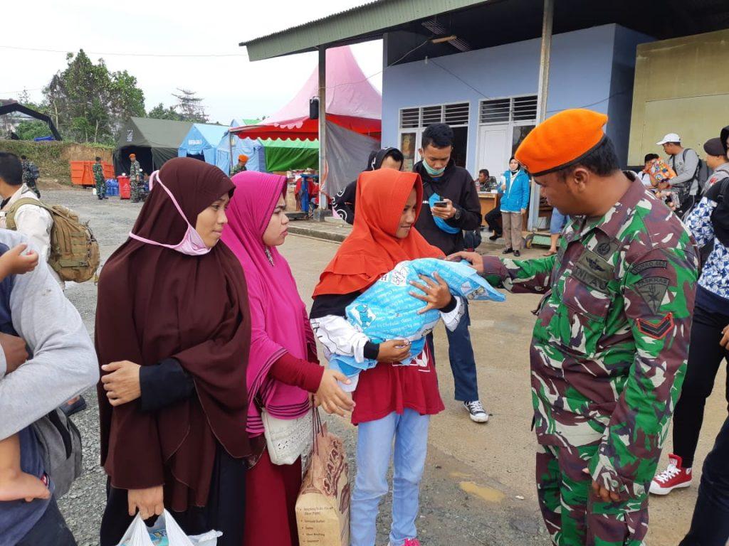 CN-295 TNI AU Terbangkan Pengungsi Kembali ke Palu