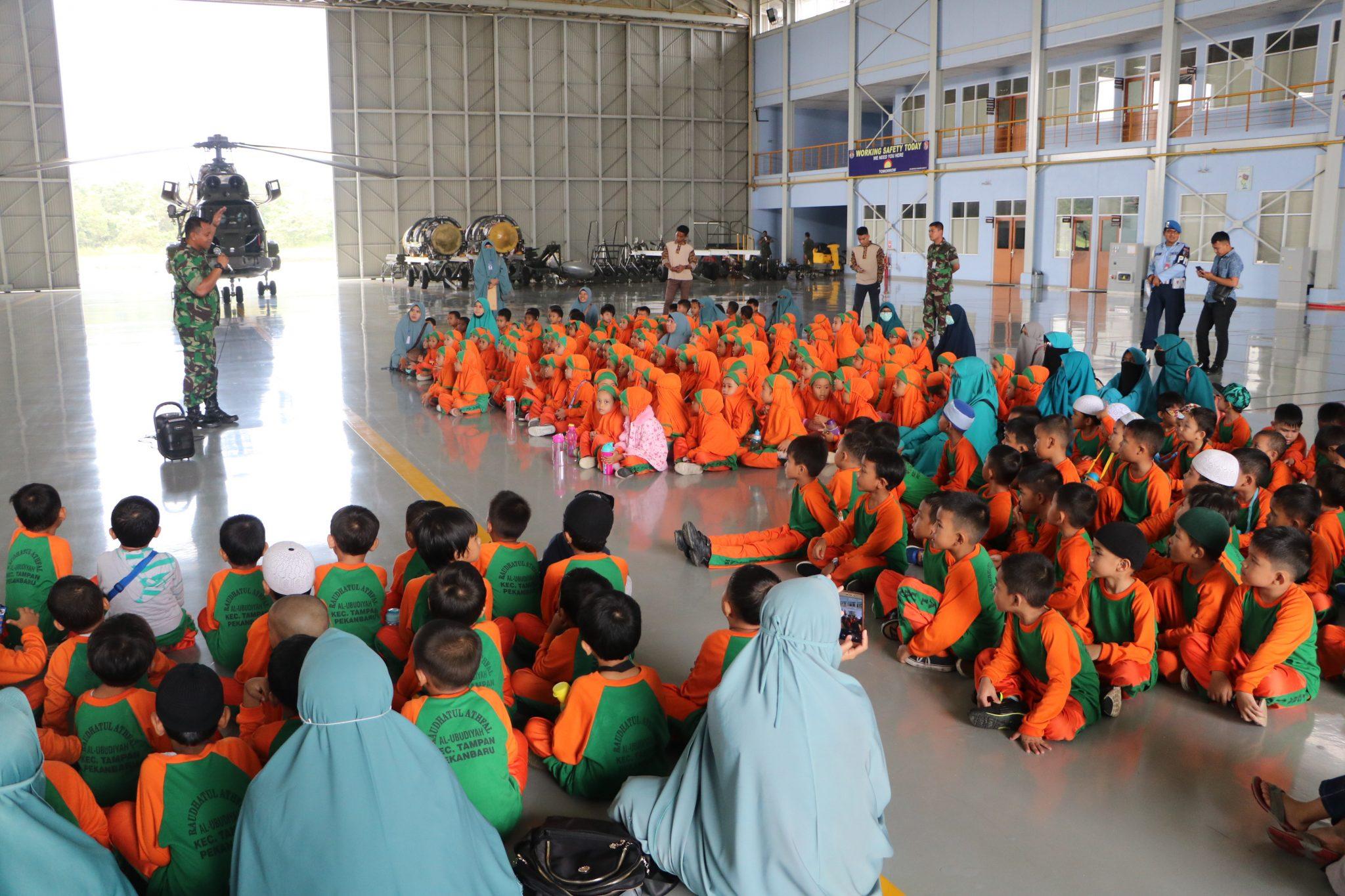 Kenalkan TNI AU, Ratusan Murid TK Kunjungi Lanud Roesmin Nurjadin