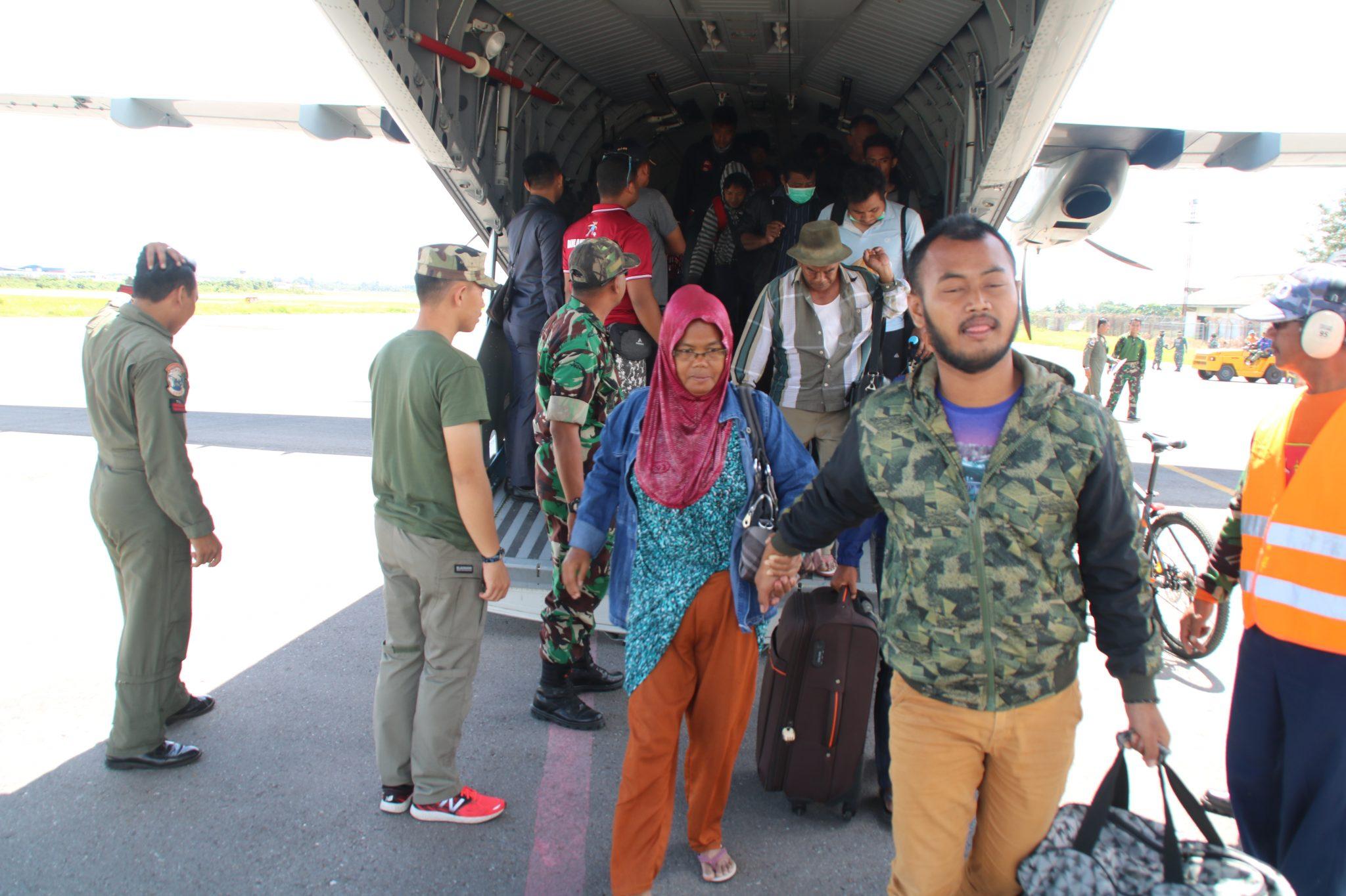 Pengungsi Palu Tiba di Lanud Haluoleo