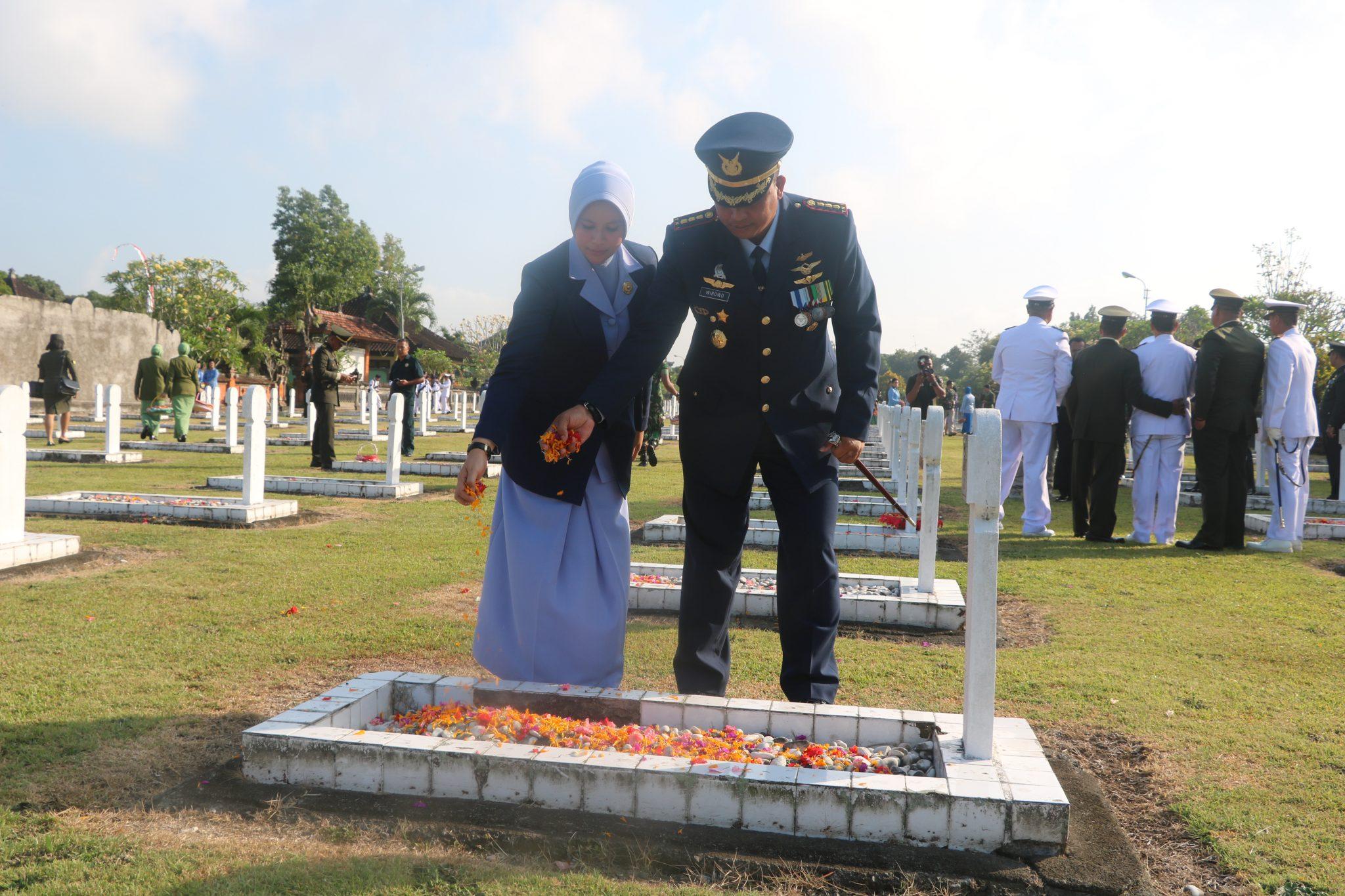 Personel Lanud I Gusti Ngurah Rai Mengikuti Ziarah Hut TNI ke-73