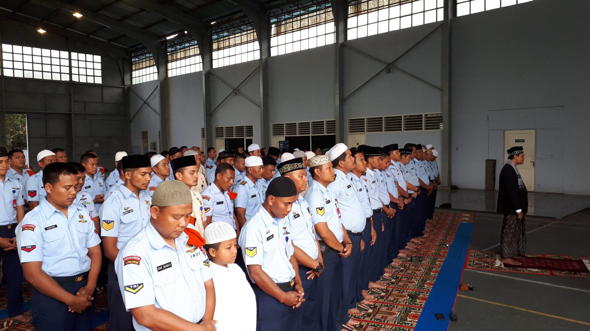 Personel_Lanud_Soewondo__Kosekhanudnas_III_dan_Wing_III_Phaskas_melaksanakan_Sholat_Ghoib_untuk_korban_gempa_dan_Tsunami_di_Sulawesi_Tengah_bertempat_di_hanggarLanud_Swo.