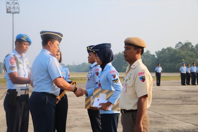Danlanud RSN Berikan Penghargaan kepada Prajurit Berprestasi