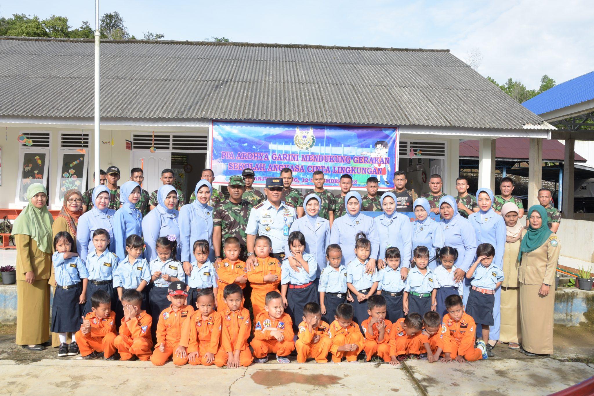 PIA Ardhya Garini Lanud Raja Haji Fisabilillah Laksanakan Gerakan Sekolah Angkasa Cinta Lingkungan