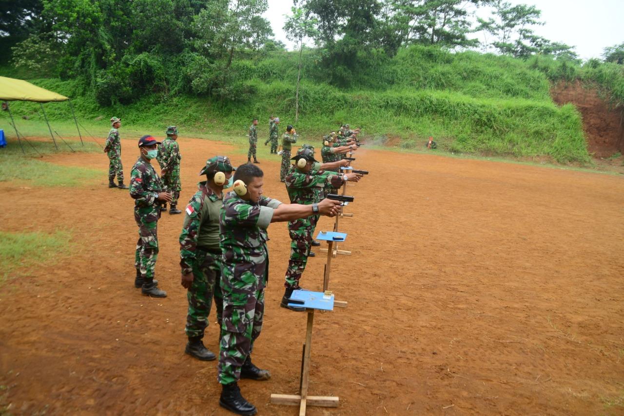 Tingkatkan Kemampuan, Perwira Lanud Atang Sendjaja Latihan Menembak Pistol