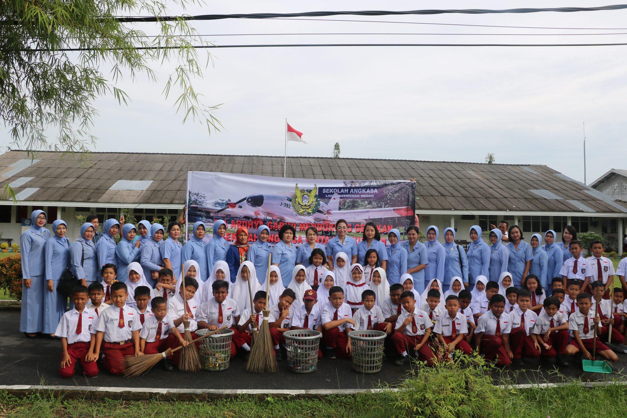PIA Ardhya Garini Bakorcab Medan Laksanakan Gerakan Sekolah Angkasa Cinta Lingkungan