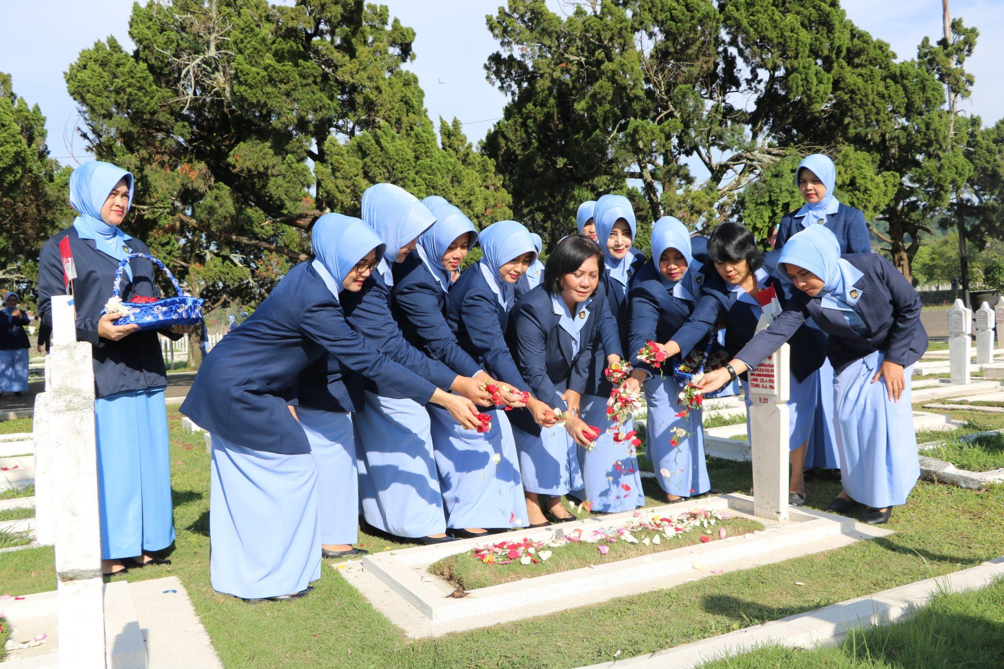 Ziarah HUT PIA Ardhya Garini Ke 62 Bakorda Bandung di TMP Cikutra