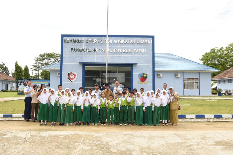 Lanud Pangeran M. Bun Yamin Menerima Kunjungan dari Madrasah Ibtidaiyah Nurul Iman Tulang Bawang Barat.