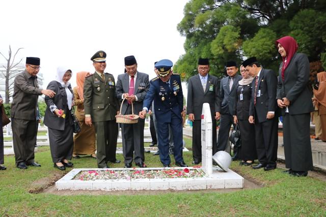 Peringati Hari Pahlawan Ke-73 Muspida Kota Pekanbaru Laksanakan Ziarah