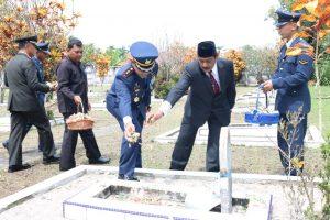 Danlanud H.AS Hanandjoeddin Pimpin Ziarah Nasional di TMP Ksatria Tumbang Ganti
