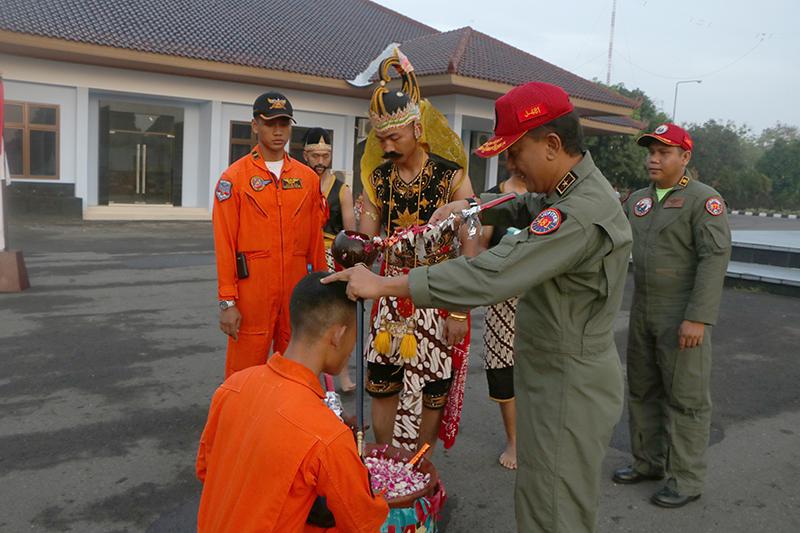 Sebelum Dilantik, 15 Calon Pilot Militer Ikuti Tradisi Penyerahan Brevet Penerbang