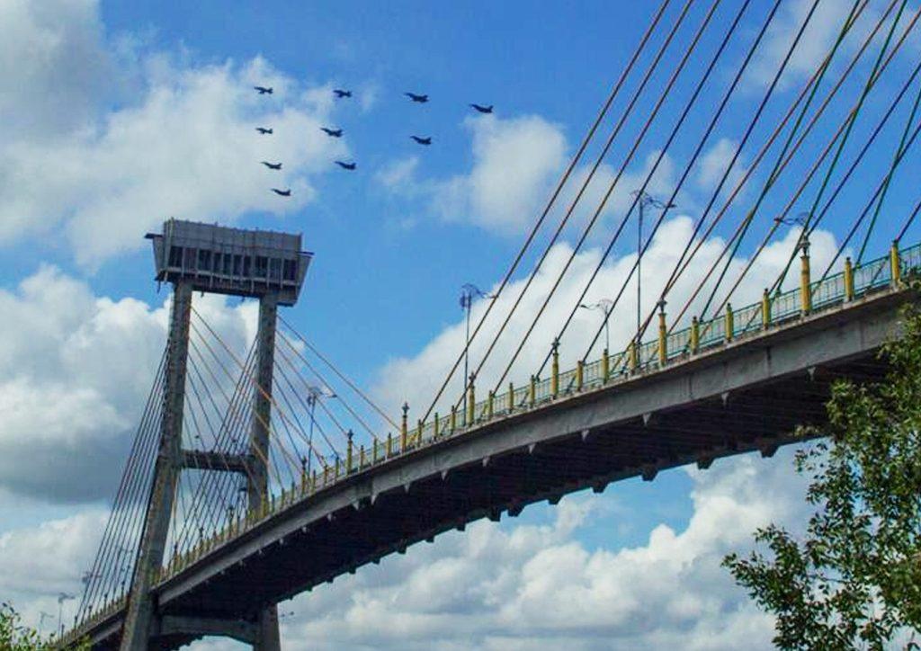 Formasi Pesawat Tempur TNI AU dan RSAF Lintasi Jembatan Siak