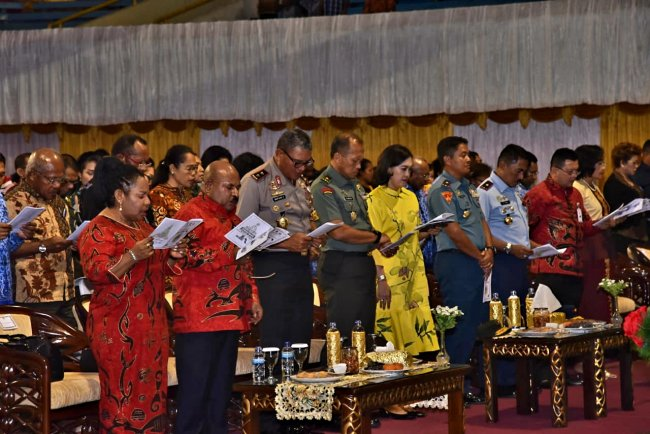 Anggota TNI, POLRI Hadiri Perayaaan Natal di Papua