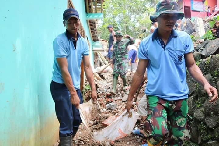 Personel Lanud J.B Soedirman Bantu Warga Pasca Bencana Tanah Longsor