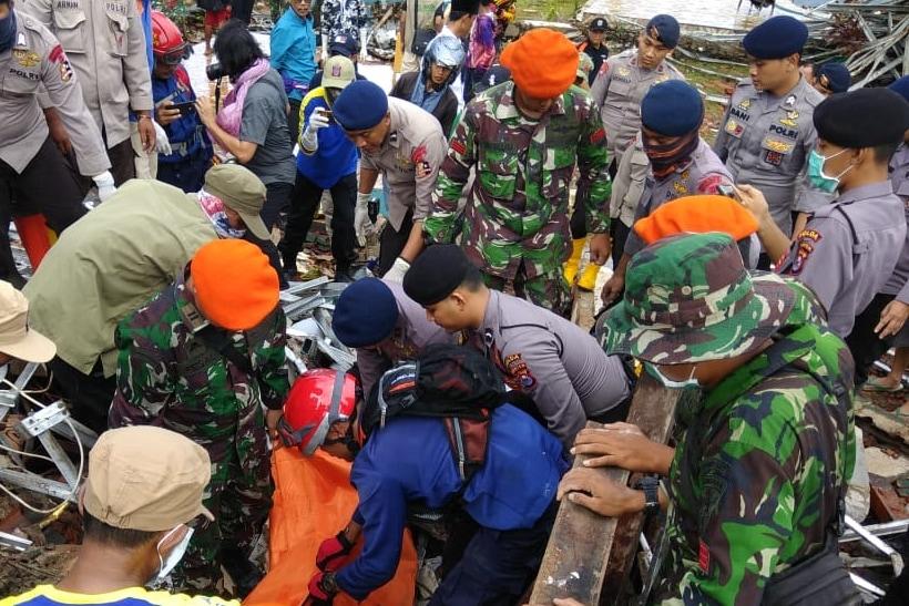 Satgas Paskhas Melakukan Penyisiran dan Evakuasi Korban Tsunami