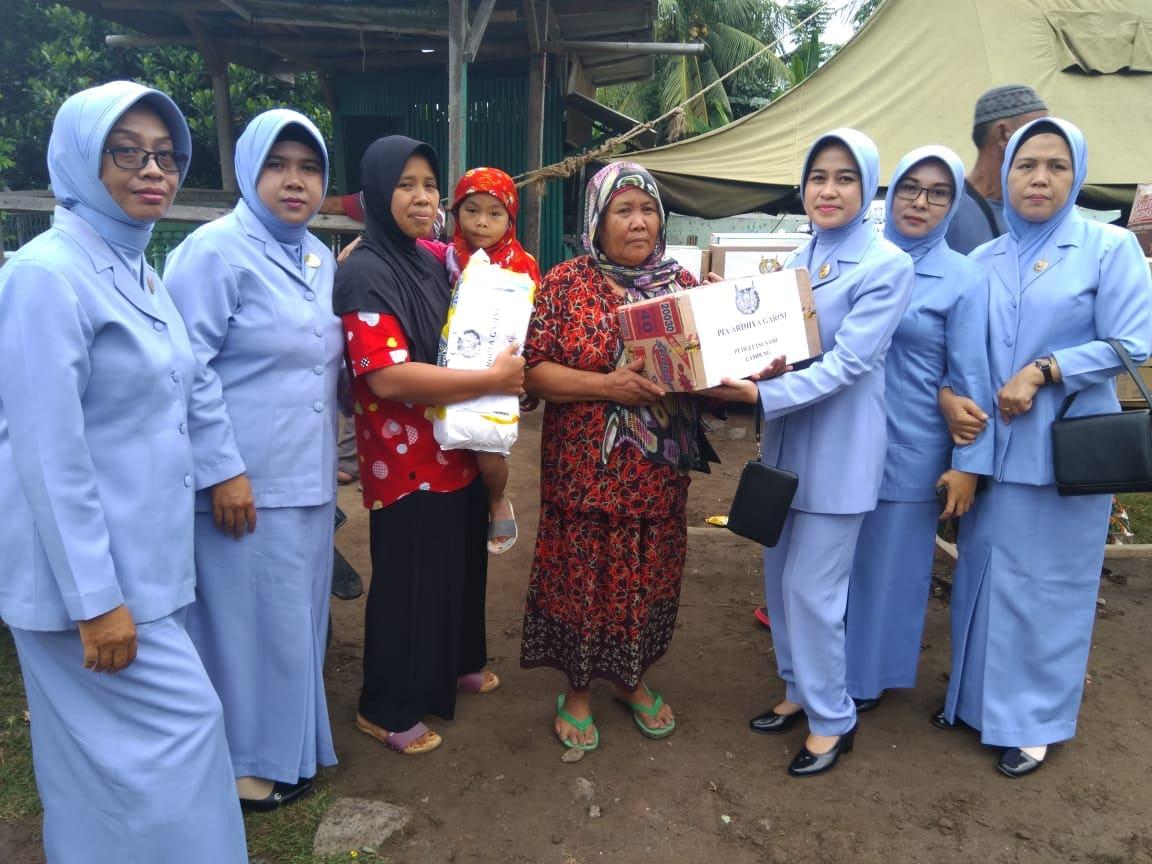 PIA Ardhya Garini Cabang 9/D.I. Lanud Pangeran M. Bun Yamin Mengunjungi Daerah Terkena Dampak Tsunami di Wilayah Lampung.