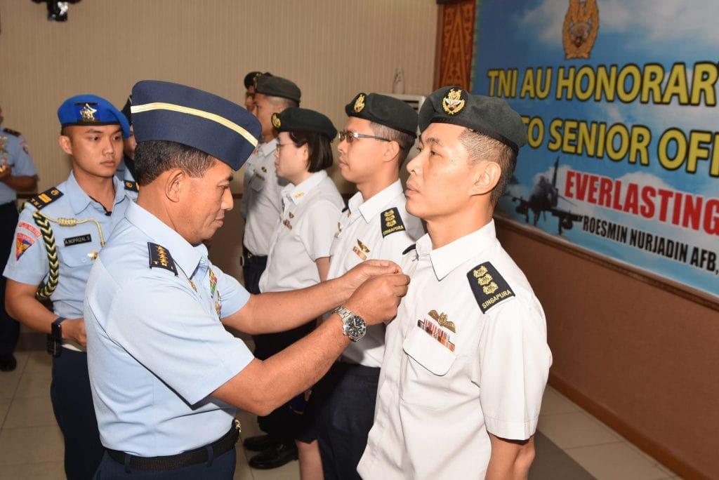 Kasau Anugrahkan Wing Kehormatan kepada 5 Penerbang RSAF