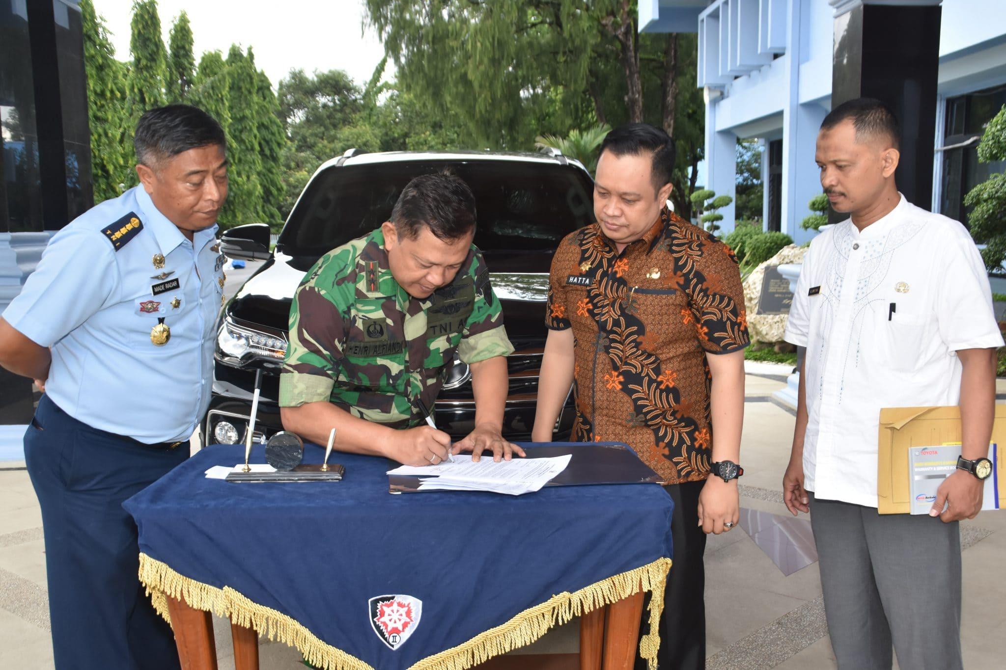 Pangkoopsau II Menerima Bantuan Mobil Dari Gubernur Sulsel
