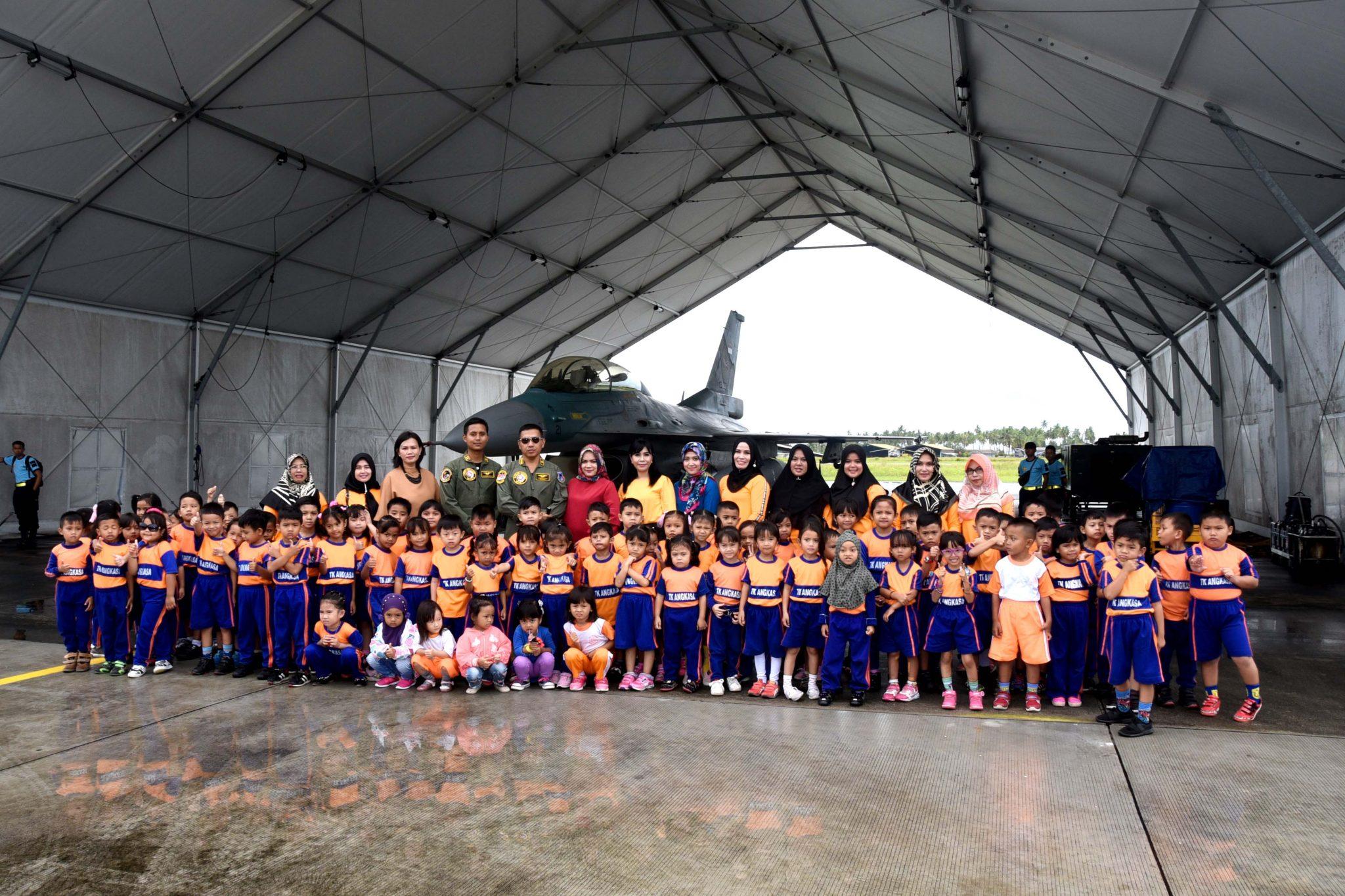 Sebanyak 80 Orang Anak-Anak Murid TK Angkasa dan KB. Angkasa Kunjungi Lanud Raden Sadjad