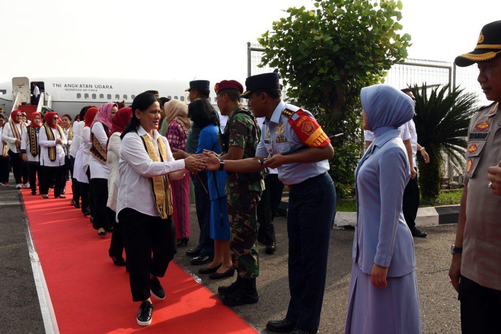 Danlanud Pangeran. M. Bun Yamin dan Istri beserta Jajaran Menyambut Kedatangan Ibu Presiden dan Ibu Wakil Presiden di Bandara Radin Inten II Lampung.