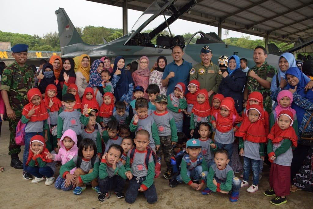 Antusias Anak-Anak Sekolah Kota Kupang Mengenal Pesawat T-50i dan Heli Super Puma TNI AU